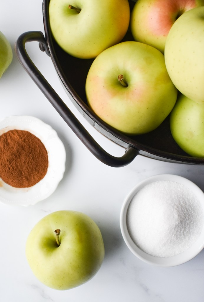 Ingredients needed for the applesauce