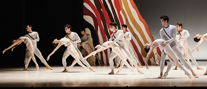 Jiyoung Kim and Hyunwoong Kim (right) and members of Korean National Ballet in UweScholz's Seventh Symphony; Photo: Baki