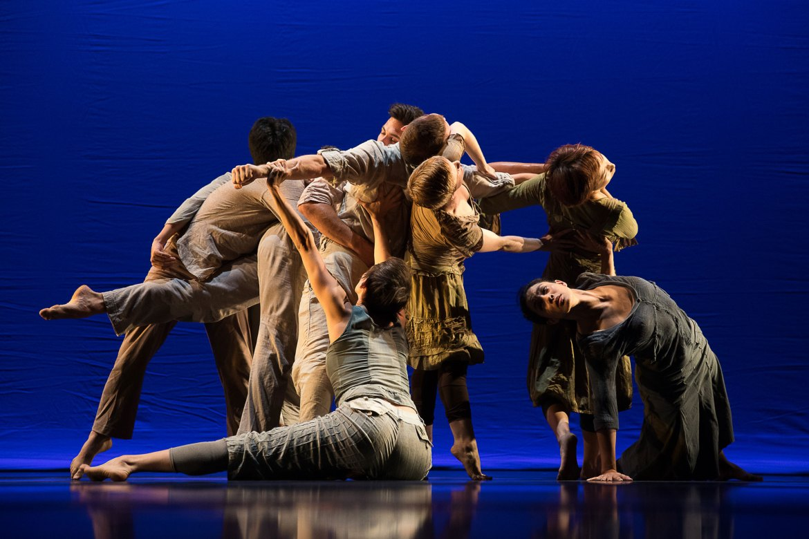 "Doug Varone and Dancers in ""Boats Leaving"" (Photo by Hayim Heron)"