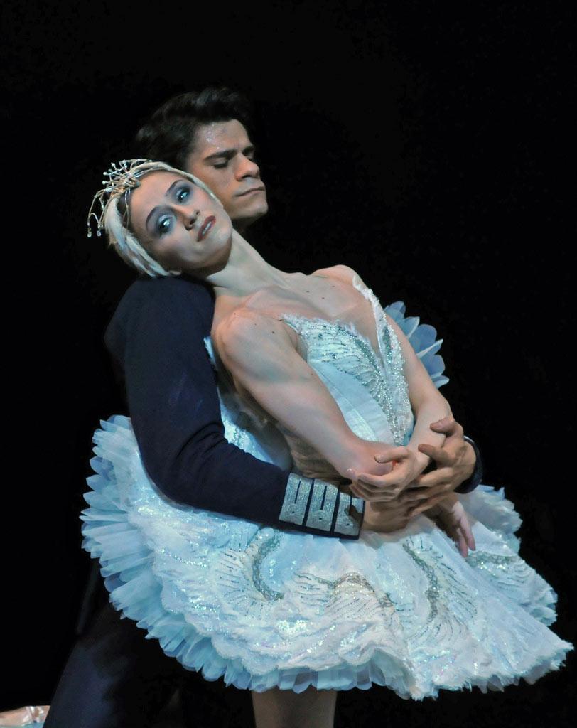 https://i1.wp.com/dancetabs.com/wp-content/uploads/2012/10/dm-swan-lake-marianela-nunez-thiago-soares-arm-wrap_1000.jpg