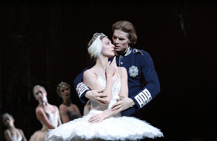 https://i1.wp.com/danceviewtimes.com/images2005/winter02/Swanlake2.jpg