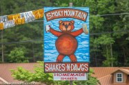 smoky-mountains-shakes-dawgs-sign