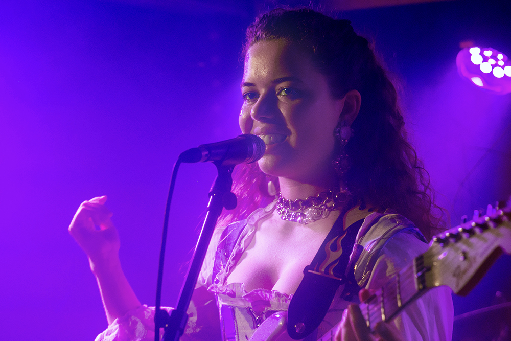 Nilüfer Yanya dancing feet