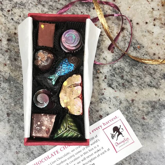 Making MEDIUM BONBON SHARING BOXES for Small Business Saturday.#chocolatier #boxofchocolates #bonbons #smallbusinesssaturday