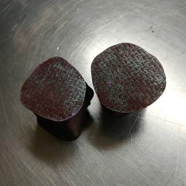 GIANDUJA IN TWO CHOCOLATES - cashews & Hacienda Rio Dulce Guatemalan 75% dark chocolate dipped in Belize dark and house blend milk.#chocolatier #chocolateasart #gianduja @dantachocolate