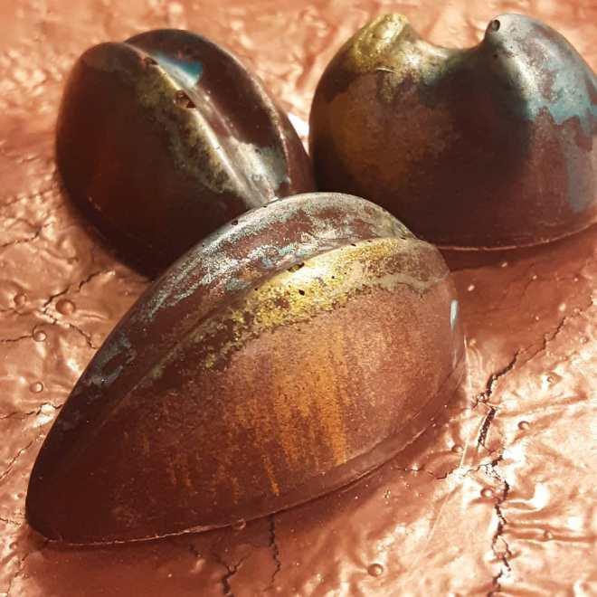 COLD FLASH - ginger and Imperial Sichuan peppercorns with fudge Sierra Leone dark chocolate cast in bright Tanzania 80%. Crazy complex flavor evolution.#chocolatier #beantobonbon #flavorperception @ecolechocolat @makeminefine @epicesdecru