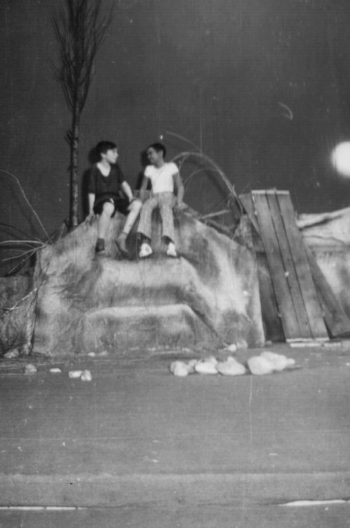 """Momente din spectacolul """"Al saptelea continent"""" de Eduard Covali, Dan Iacob in rolul """"Grasu"""" - premiu de interpretare pe tara, in anul 1974"""