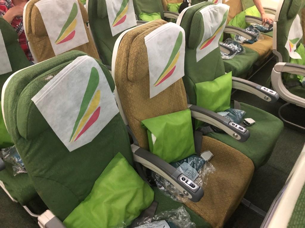 エチオピア航空ET673便の座席。少しシートピッチが小さいです。