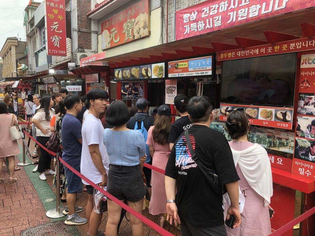 仁川中華街で人気の大判焼きの店の前には行列が出来ています