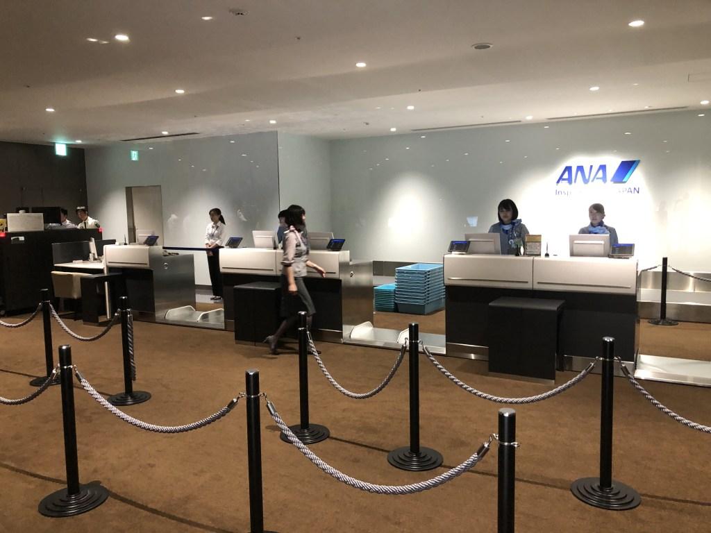 9月3日にオープンした伊丹空港室内型ANA PREMIUM CHECK-INのカウンター