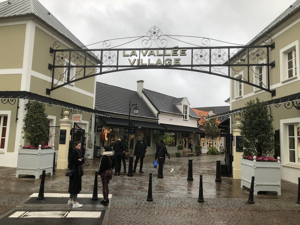 パリ アウトレット ''ラ・ヴァレ・ヴィレッジ''入口の様子