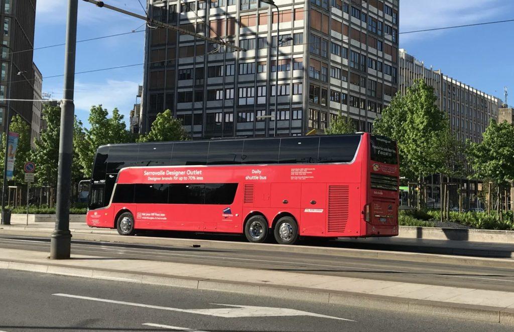 ZANI VIAGGI社がミラノ中央駅からセッラヴァッレ デザイナーアウトレットまで運行するツアーバス