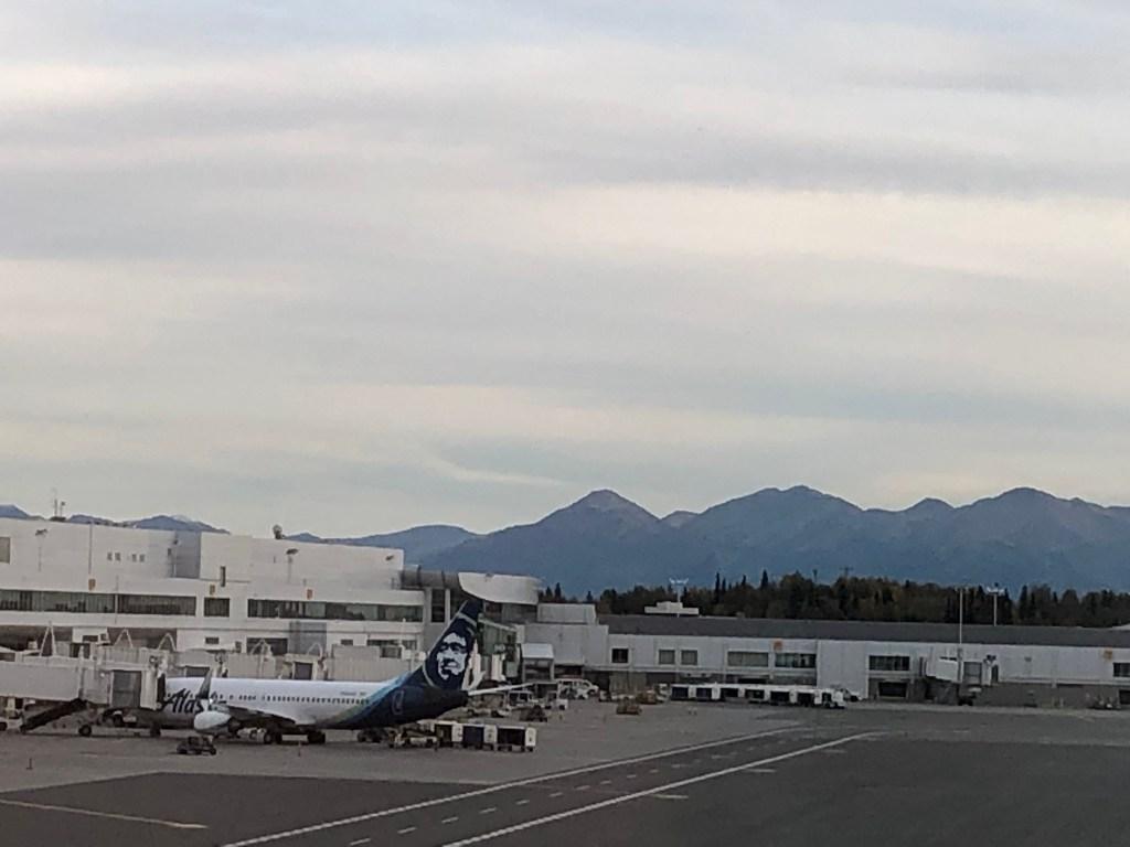 アラスカ航空とアラスカの山々
