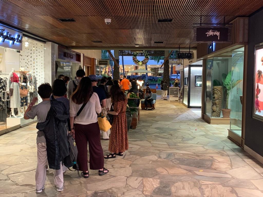 ディーン&デルーカ ロイヤルハワイアンセンター店で限定トートバックの購入するために早朝から列を作る人たち