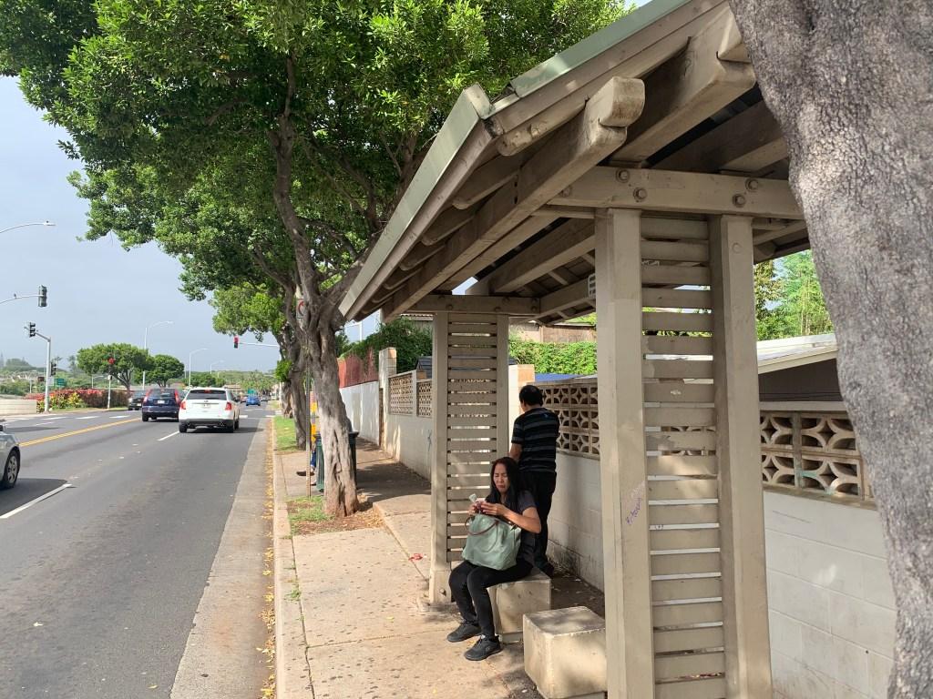 ワイキキ行きのバスが停まるバス停の様子