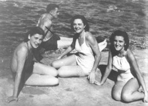 Judita Alargic, Mitra Mitrovic and Vera Zogovic on the Island of Vis. (Wikipedia - Muzej Istorije Jugoslavije, inv. br. 12011)