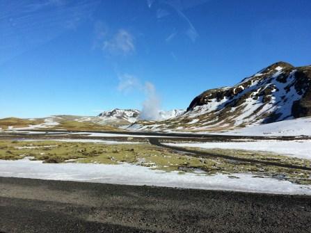Island aus dem Auto - überall dampft die Erde