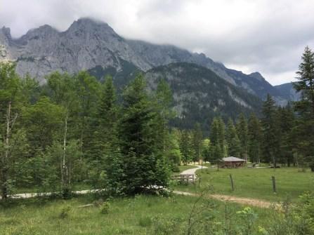 flacher Weg in den Alpen
