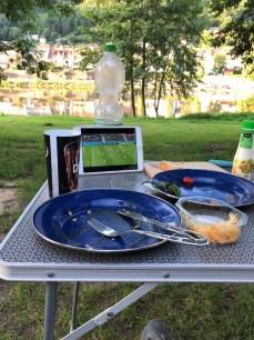 Essen und Fußball WM mit Blick zum Neckar