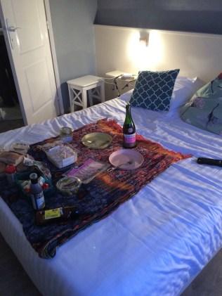 Abendbrot-Picknick im Bett