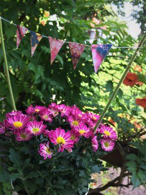 Wimpelkette im Blumentopf