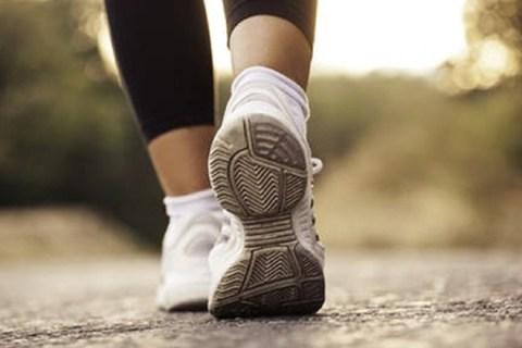 Chỉ cần đi bộ 2.100 bước/ngày cũng mang lại nhiều lợi ích sức khỏe như kéo dài tuổi thọ, giảm nguy cơ bị bệnh tim và tiểu đường ở người trung niên /// Ảnh minh họa: Shutterstock