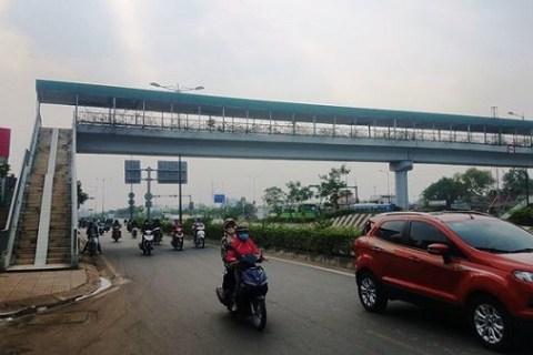 Tuyến đường Phạm Văn Đồng nối liền quận Thủ Đức –Bình Thạnh – Gò Vấp, TPHCM là tuyến đầu tiên được áp dụng xây cầu bộ hành ngay sau khi hoàn thành đường để phục vụ người dân xung quanh.