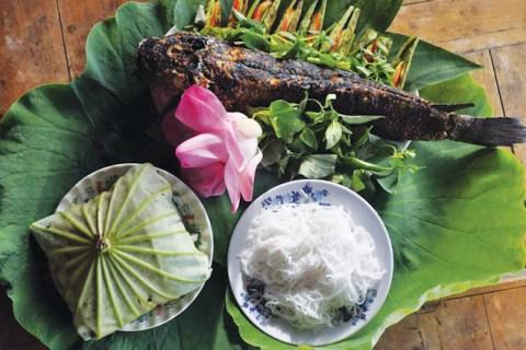 Thơm lừng món cá lóc nướng trui cuốn lá sen non Đồng Tháp - Tin Việt Today