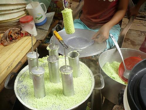 Cận cảnh cách làm bánh ống của người dân Sóc Trắng