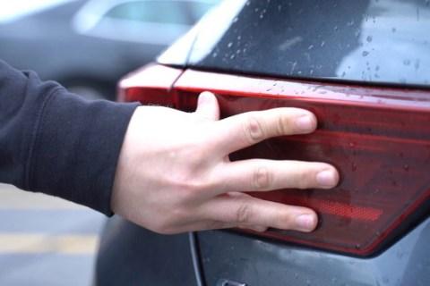 Tại sao cảnh sát nước ngoài thường chạm vào phía sau xe ô tô của người bị yêu cầu dừng lại? - Ảnh 2.