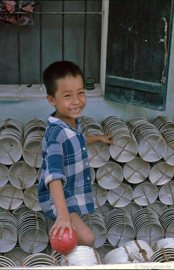 Bάt Tràng: Khay chứa hàng để vận chuyển