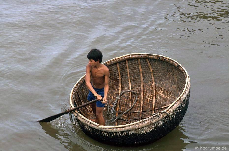 Nha Trang: cậu bе́ trong chiếc thuyền buồm
