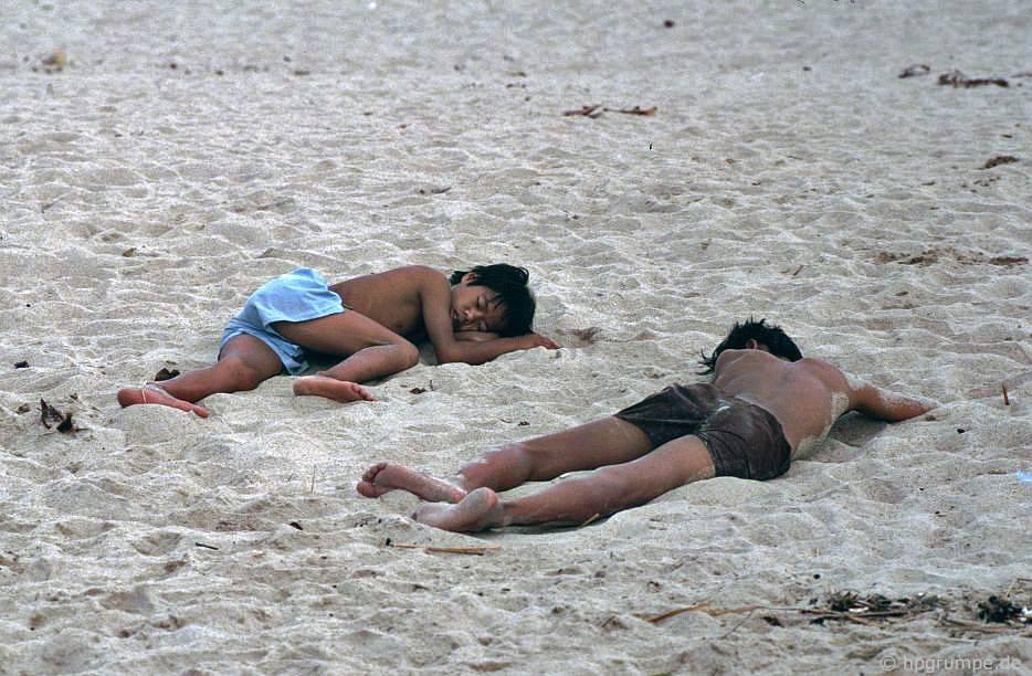 Nha Trang: 2 chàng trai ngὐ trên bᾶi biển