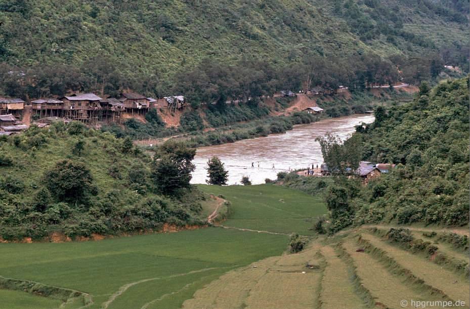 Sông biên giới và làng buôn lậu