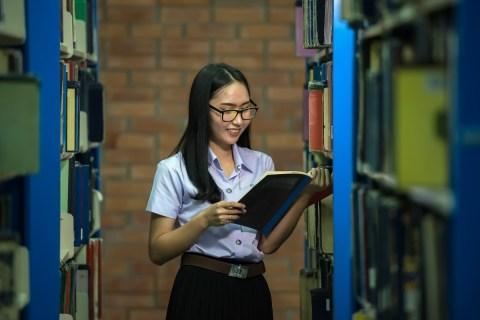 con gái, đàn bà, ghế, đọc hiểu, quầy tính tiền, Đóng cọc, trẻ, sinh viên, Châu Á, chuyên nghiệp, cùng với nhau, nước Thái Lan, giáo dục, giá sách, thư viện, sinh viên, kính, trường đại học, trường học, khuôn viên, việc làm, trường đại học, học tập, người Malaysia, Người lớn, Tập trung, tập trung, Tổ chức, Chỉnh sửa, hiểu biết, bạn cùng lớp, Đàn ông, Chăm sóc thị giác, ở trong nhà, Nghiên cứu về, Sách giáo khoa, Người da trắng, Chăm chú, cao hơn