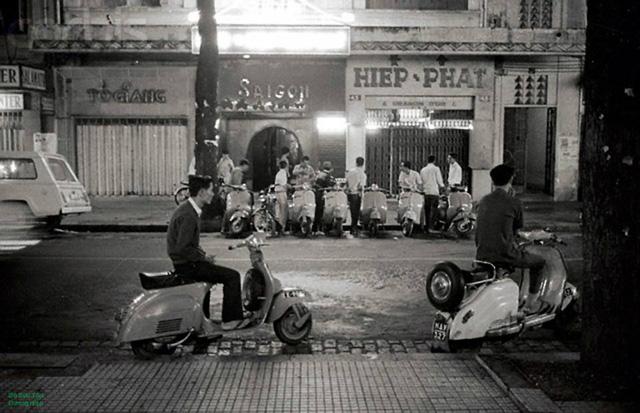 Sài Gὸn nᾰm 1967.Thanh niên Sài Gὸn đi chσi đêm, hai anh bên này chắc chờ đào.