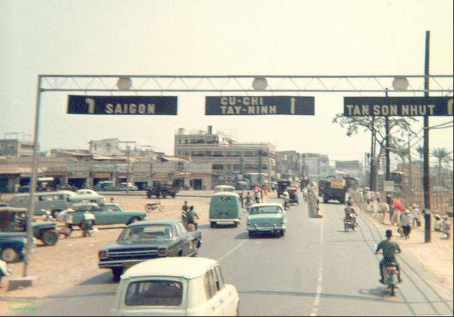 Đường Trần Quốc Hoàn - hướng từ sân bay Tân Sσn Nhất (xưa gọi là Tân Sσn Nhứt) tới Lᾰng Cha Cἀ.