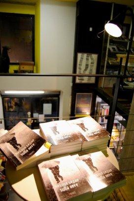 Genova. Le copie del mio romanzo in esposizione nella libreria.