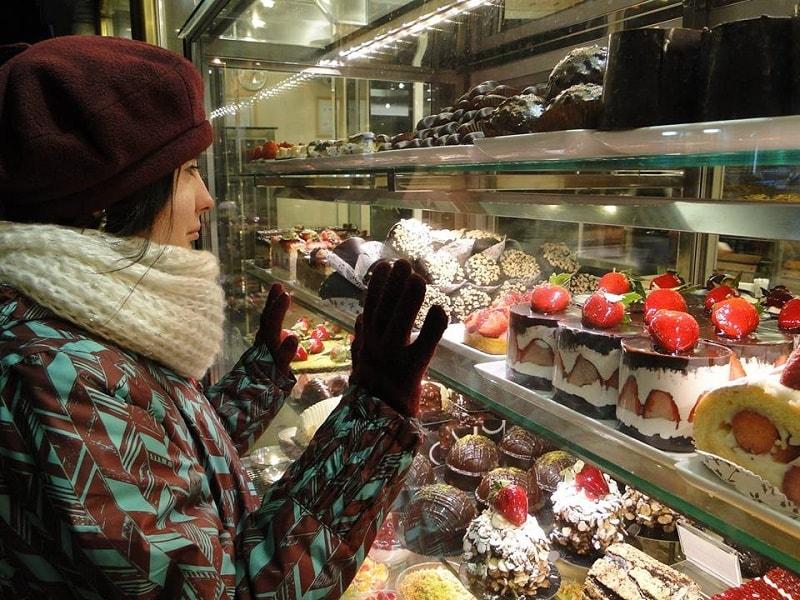 poza in fata vitrinei cu prajituri in istanbul daniela bojinca blog