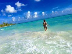 donna in mare durante un'escursione in barca privata all'isola saona