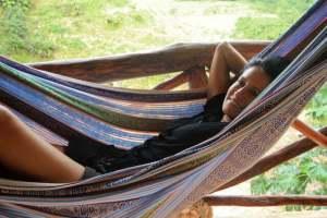vivere in repubblica dominicana: ecco una donna sull'amaca che se la gode