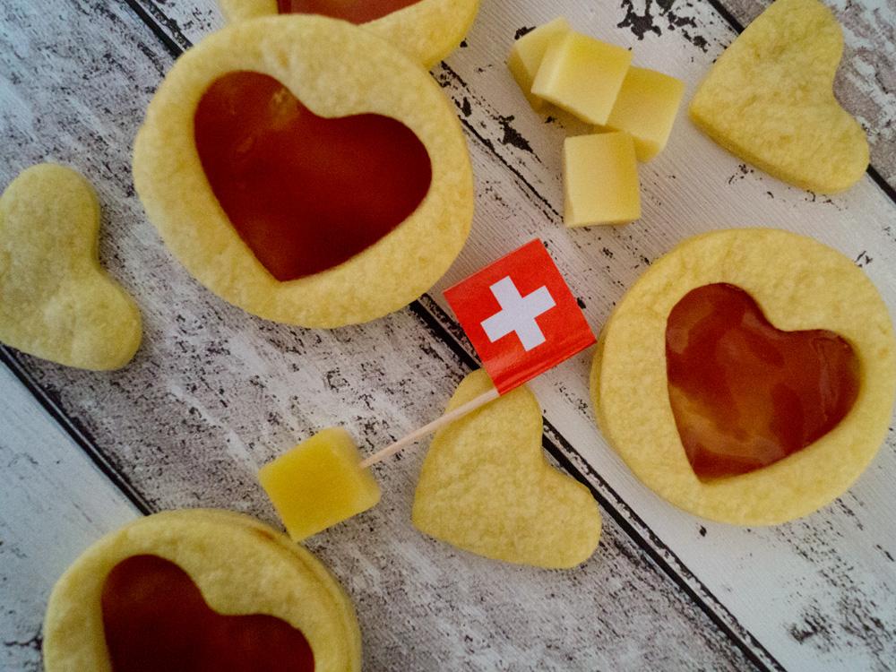 Schweizer Gruyère-Plätzchen mit Hagebutten-Gelee