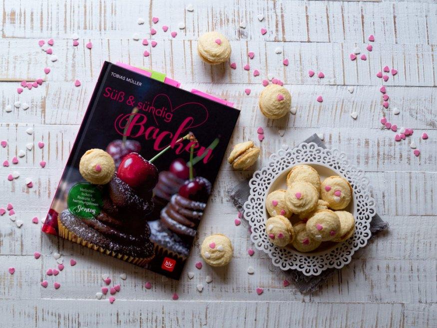 Kokosnuss-Whoopies mit weißer Schokoladen-Füllung
