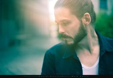 Outdoor Portrait / Headshot Male Model im Gegenlicht