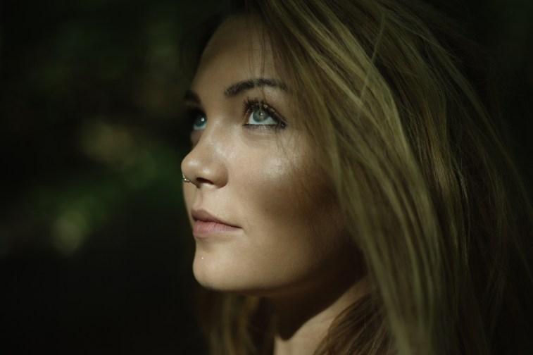 Lorenas leicht sexy sensual Portraits in der Natur