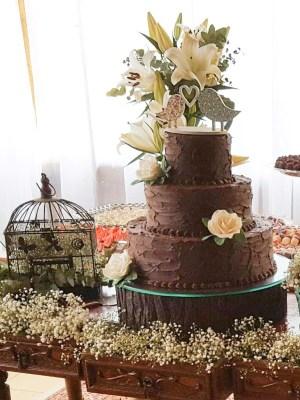 Gâteau de mariage trois étages au chocolat avec fleur en pâte à sucre, bûche naturel- Chocolate wedding cake with sugar flowers 3 tiers
