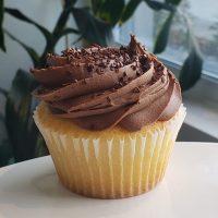 Cupcake à la vanille avec glaçage au chocolat, garni de Dulce de Leche.