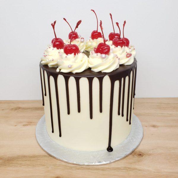 Gâteau d'anniversaire à la vanille avec coulis au chocolat et rosettes- Birthday cake vanilla with chocolate drip and cherrys