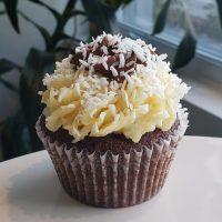 Cupcake au Chocolat avec glaçage à la noix de coco.