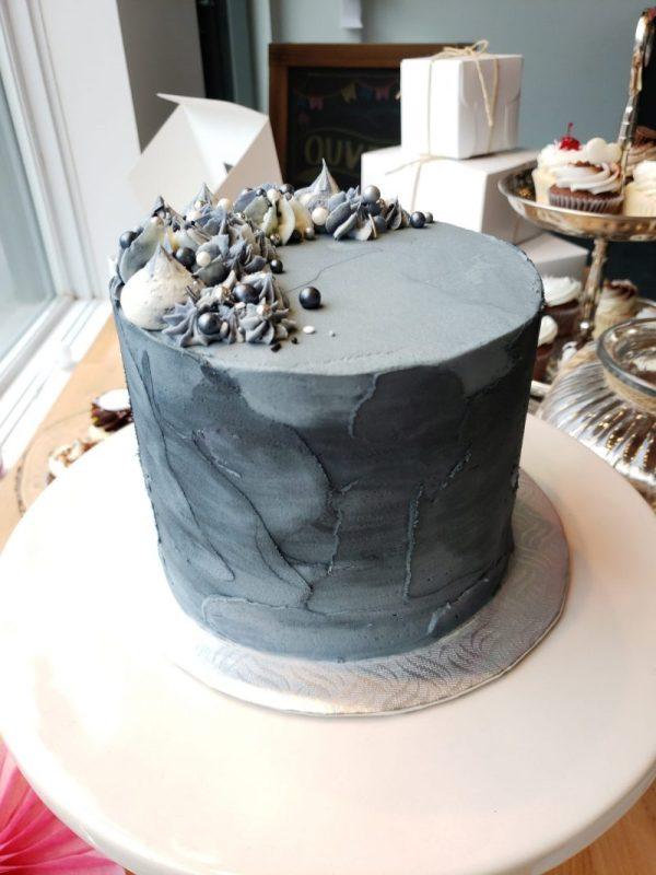 Gâteau en crème au beurre a la vanille, spatulé en gris avec bonbons et perles sucrés